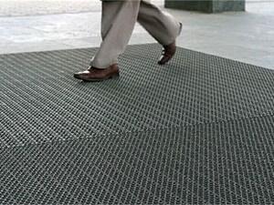 Чистка и замена грязезащитных ковриков